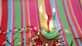 Verjaardag cupcake met sterretje en kaars stock video