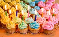 Verjaardag cupcakes met kaarsen Stock Afbeelding