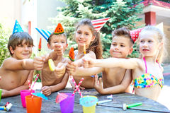 Verjaardag Gelukkige kinderen in hoeden met kleurrijk suikergoed stock fotografie