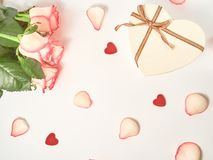 Verjaardag, Moeder, Valentijnskaarten, Vrouwen, het concept van de Huwelijksdag De feestelijke Engelse bloem nam samenstelling op royalty-vrije stock afbeelding
