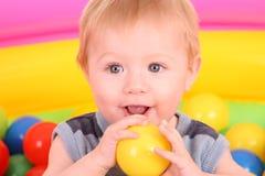Verjaardag van jongen in kleurenballen. Stock Fotografie