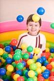 Verjaardag van jongen in kleurenballen. Royalty-vrije Stock Afbeelding