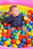 Verjaardag van pretjongen in ballen. Stock Fotografie