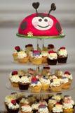 Verjaardags cupcake tribune Stock Afbeeldingen