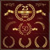 Verjaardags gouden emblemen en decoratieve elementen Stock Afbeelding