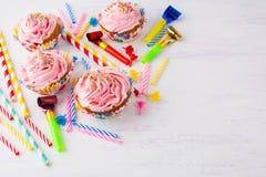 Verjaardagsachtergrond met roze cupcakes en verjaardagskaarsen Royalty-vrije Stock Foto's
