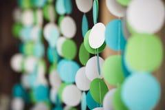 Verjaardagsachtergrond in witte, blauwe en groene kleur Document decorum Royalty-vrije Stock Fotografie