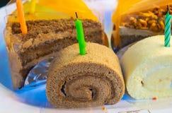 Verjaardagscake, besnoeiing in smakelijke driehoeken stock foto's