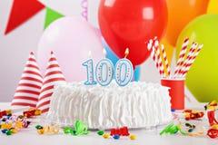 Verjaardagscake en Decoratie Stock Foto