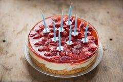 Verjaardagscake met aardbeien en kaarsen Stock Afbeeldingen