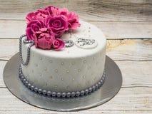 Verjaardagscake met fondantjebloemen - rozen en pioenen en zilveren parels Inschrijving 'Gelukkige Verjaardag ' stock fotografie