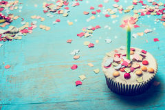 Verjaardagscake met kaars en confettien op Turkooise blauwe sjofele elegante houten achtergrond Stock Afbeelding