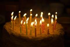 Verjaardagscake met kaarsen stock afbeeldingen