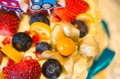 Verjaardagscake met vers fruit en bessen Royalty-vrije Stock Afbeeldingen