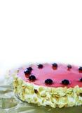 Verjaardagscake met zwarte kers, rode gelei, amandelvlokken Witte achtergrond, exemplaarruimte Het ontwerpmalplaatje van het dess Stock Afbeeldingen
