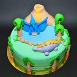 Verjaardagscake voor jonge geitjes die van dinosaurussen houden Stock Afbeeldingen