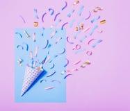 Verjaardagshoed met confettien op document achtergrond stock afbeeldingen
