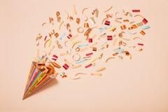Verjaardagshoed met confettien op document achtergrond Royalty-vrije Stock Afbeeldingen