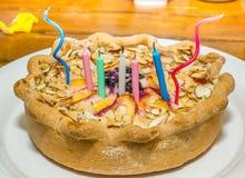Verjaardagskaarsen op perzikpastei Royalty-vrije Stock Afbeeldingen