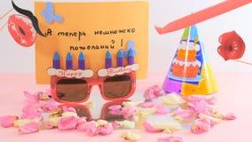 Verjaardagswensen met prentbriefkaar, document zonnebril en hoed en verjaardagstoebehoren stock footage