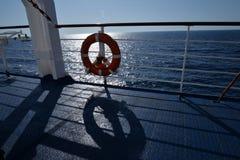 Verjas de la nave y un flotador El mar adriático visto de un transbordador Fotografía de archivo