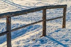 Verjas de madera en la nieve en el Thuringia Alemania de Ilmenau foto de archivo libre de regalías