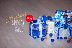 Verkäufe auf Weihnachten und Neujahrsfeiertagen Festliche Dekoration mit informativer Aufschrift des 50-Prozent-Rabattes für Lizenzfreie Stockfotos