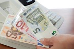 Verkäufe bemannen das Halten einlösen Zahlung für Käufe im Speicher Stockfotos