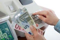 Verkäufe bemannen das Halten einlösen Zahlung für Käufe im Speicher Lizenzfreies Stockfoto