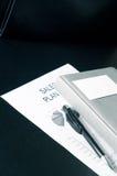 Verkäufe planen mit einer Visitenkarte und einem Luxus auf dem Tisch Lizenzfreies Stockfoto