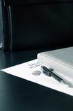 Verkäufe planen mit einer Visitenkarte und einem Luxus auf dem Tisch Lizenzfreie Stockbilder