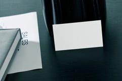 Verkäufe planen mit einer Visitenkarte und einem Luxus auf dem Tisch Stockbild