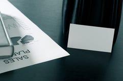 Verkäufe planen mit einer Visitenkarte und einem Luxus auf dem Tisch Stockfoto