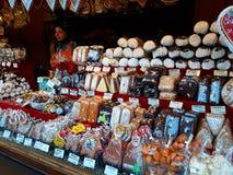 Verkäufe von traditionellen Weihnachtsbonbons auf dem Weihnachtsmarkt Stockbilder