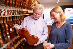 Verkäufer-Advising Customer Buying-Violine Lizenzfreie Stockfotografie