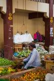 Verkäufer auf lokalem Markt in Sri Lanka - 2. April 2014 Lizenzfreie Stockfotografie