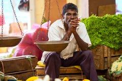 Verkäufer auf lokalem Markt in Sri Lanka - 2. April 2014 Lizenzfreie Stockbilder