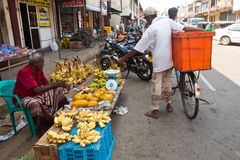 Verkäufer auf lokalem Markt in Sri Lanka - 2. April 2014 Stockfotos