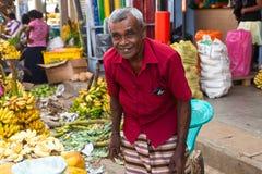 Verkäufer auf lokalem Markt in Sri Lanka - 2. April 2014 Stockbilder