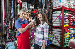 Verkäufer And Beautiful Customer, das Meerschweinchen hält lizenzfreie stockbilder