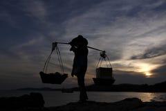 Verkäufer bei dem Sonnenuntergang Lizenzfreie Stockbilder