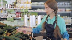Verkäufer breiten Gemüsekästen für Verkauf im Supermarkt aus stock video