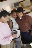 Verkäufer Calculating Purchase Amount von Paaren im Speicher lizenzfreies stockbild