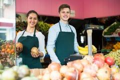 Verkäufer, der Bananen wiegt Lizenzfreie Stockfotos