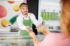 Verkäufer, der Bonbons verkauft Lizenzfreies Stockbild