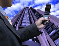 Verkäufer, der das Telefon überprüft lizenzfreie stockfotos