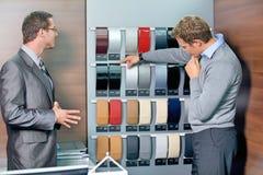 Verkäufer, der dem Kunden Farbmuster zeigt Lizenzfreie Stockbilder