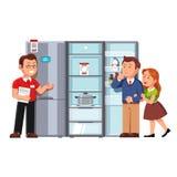 Verkäufer, der den Kunden Kühlschrank zeigt Stockfoto