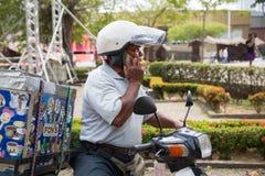 Verkäufer der Eiscreme sprechend auf einem Mobile Lizenzfreie Stockbilder