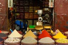 Verkäufer, der Gewürze auf Straße verkauft Lizenzfreie Stockfotografie
